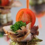 Канапе с бужениной, помидорами черри, корнишонами и зеленью